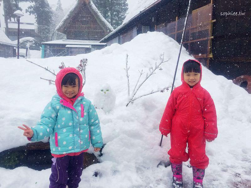 雪地保暖穿搭分享▍賞雪玩雪該怎麼穿?十二樣雪地必備裝備–雪地穿著、靴子選擇、必備好物、小孩保暖防寒準備。完美防水防滑保暖教戰手冊!
