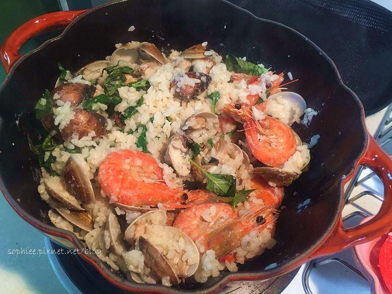 〔鑄鐵鍋料理〕蒜香蛤蜊奶油燉飯。輕鬆上桌!